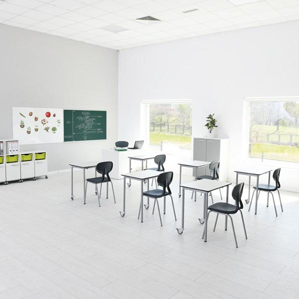 Školská miestnosť so stolmi easyMoove
